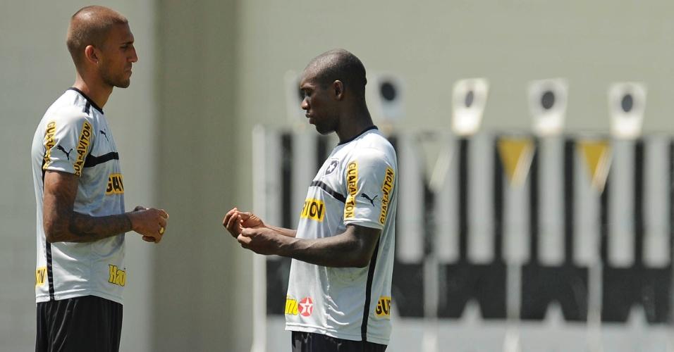 Seedorf conversa com Rafael Marques antes de treinamento do Botafogo no Engenhão