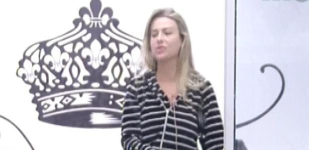 23.fev-2013 - Fernanda acorda no quarto do líder ao som de cornetas, que era o toque de despertar desta manhã