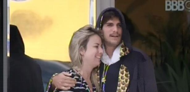 23.fev.2013 - Fernanda e André se abraçam enquanto observam o cronômetro no quintal da casa, que voltou a funcionar