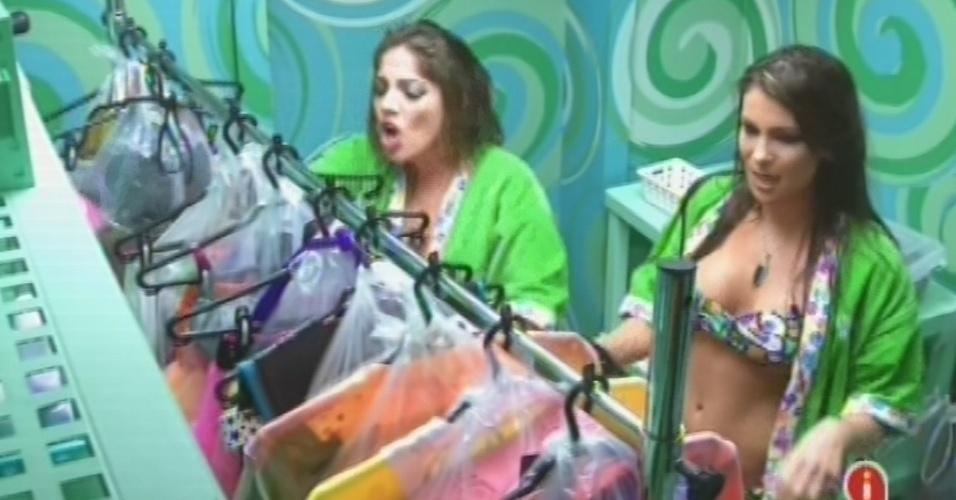 23.fev.2013 - Anamara e Kamilla pegam as roupas para a festa deste sábado na despensa