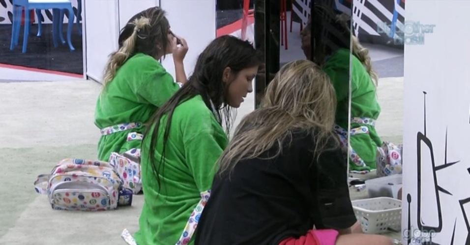 23.fev.2013 - Anamara, Kamilla e Fani se maquiam em frente ao espelho antes de festa