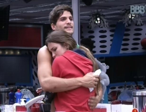 23.fev.2013 - André abraça Kamilla após discussão entre a miss e Fernanda e diz: