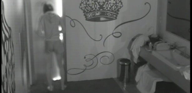 23.fev.2013 - Durante a madrugada, Kamilla foi diversas vezes ao banheiro para comer escondido os alimentos do quarto do líder