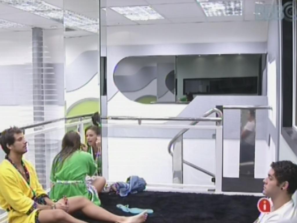 23.fev.2013 - Enquanto Natália se maquia, Eliéser e Nasser conversam sobre a maquiagem das meninas