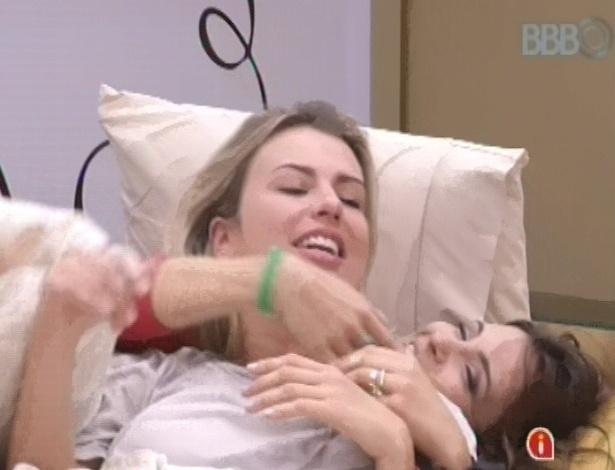 23.fev.2013 - Fernanda e Kamilla, reconciliadas após brigas, se abraçam e prometem que não vão mais falar de Eliéser