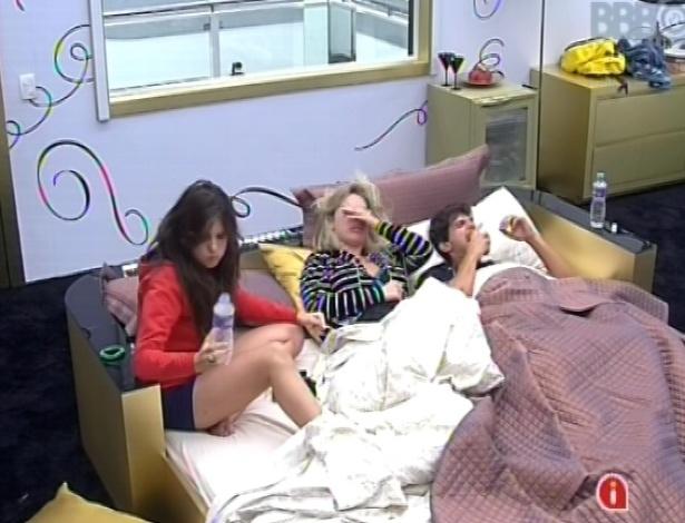 23.fev.2013 - Kamilla, Fernanda e André, no quarto do líder, conversam sobre o que escreveram no