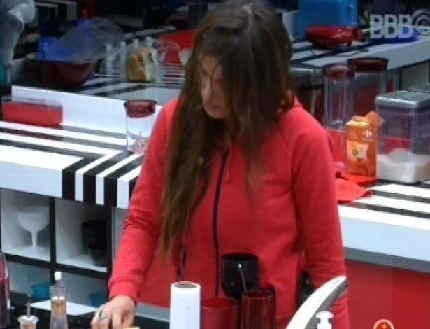 23.fev.2013 - Kamilla limpa o fogão, sujo com o leite que alguém derramou