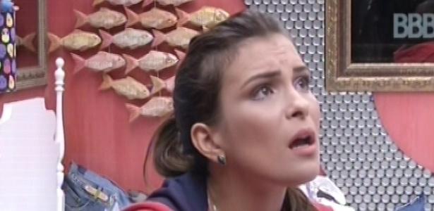 23.fev.2013 - Kamilla ouve as reclamações de Fernanda no quarto brechó. As duas discutiram nesta manhã