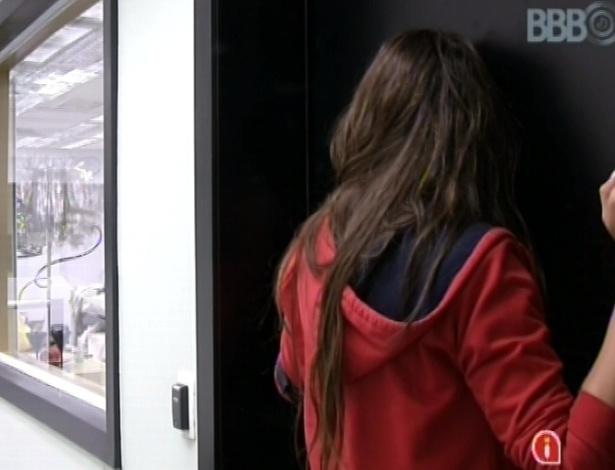 23.fev.2013 - Kamilla ouve conversa de André e Fernanda pela porta, antes de pedir para entrar no quarto:
