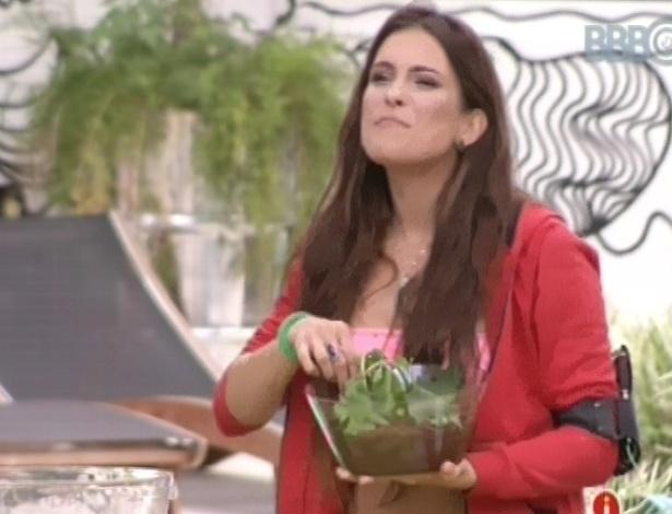 23.fev.2013 - Kamilla prova vaso comestível, feito com brigadeiro e folhas de hortelã, e se delicia