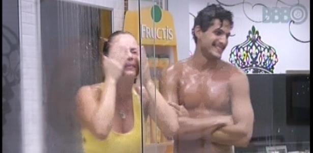23.fev.2013 - Natália e André tomam banho juntos no quarto do líder