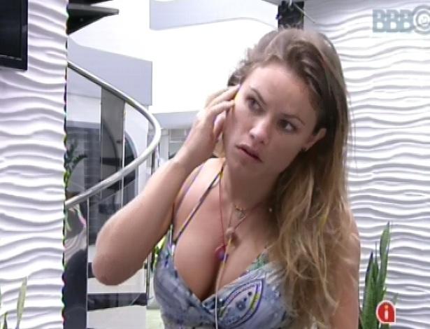 23.fev.2013 - Natália se olha no espelho enquanto espera Eliéser ir no banheiro. Os dois estão acorrentados por causa do castigo do monstro