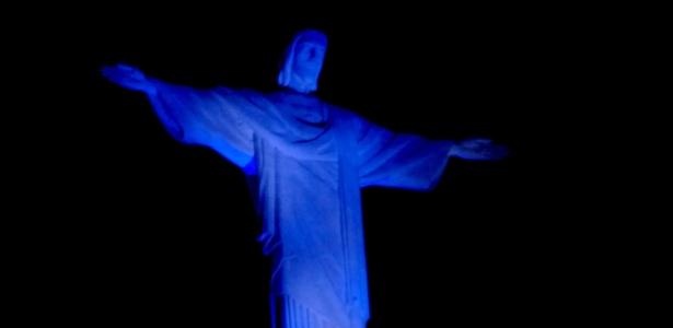 Monumento do Cristo Redentor recebe iluminação azul durante campanha para erradicar a poliomielite