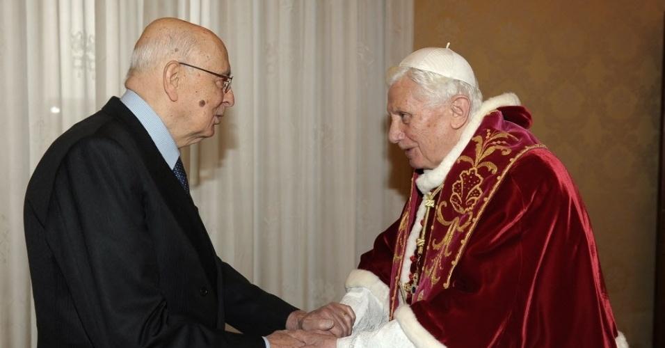23.fev.2013 - O papa Bento 16 cumprimenta o presidente italiano, Giorgio Napolitano, ao recebê-lo no Vaticano em seu último encontro político antes da renúncia marcada para 28 de fevereiro