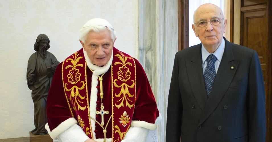 23.fev.2013 - O papa Bento 16 se encontra com o presidente italiano, Giorgio Napolitano, no Vaticano. Este é o último encontro político do pontífice antes da renúncia marcada para 28 de fevereiro