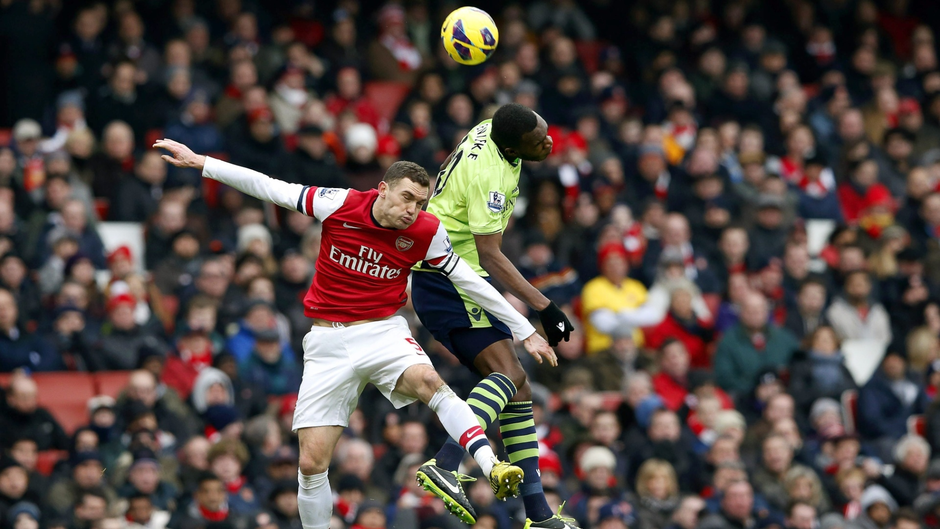 23.fev.2013 - Vermaelen (esq.), do Arsenal, disputa bola no alto com Christian Benteke, do Aston Villa