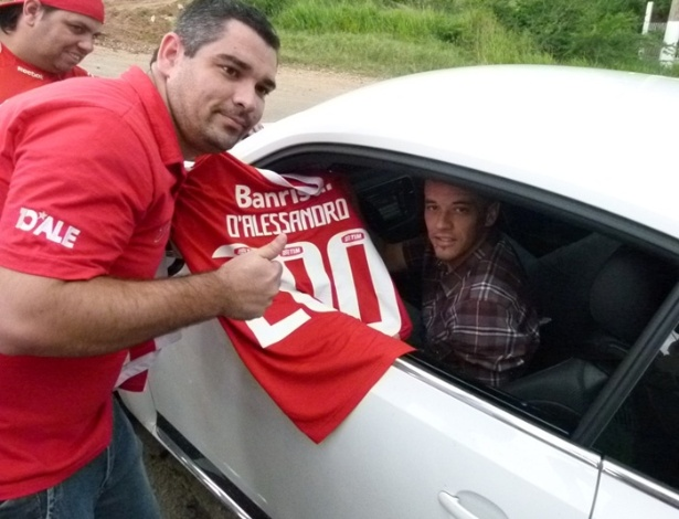 D'Alessandro autografa camisa do Inter com número 200, em alusão ao seu número de jogos
