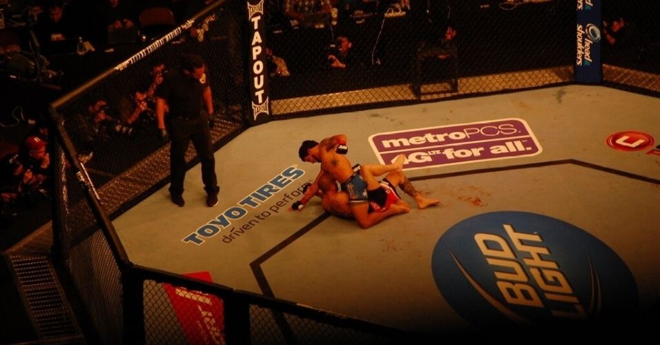 Dennis Bermudez (por cima) venceu Matt Grice por pontos, em decisão dividida, em uma das lutas mais empolgantes do UFC 157