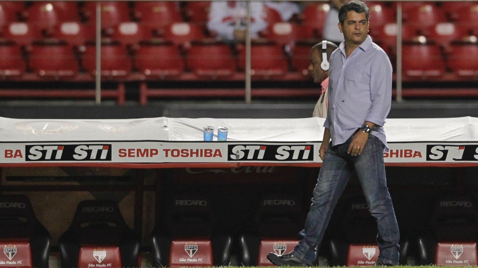 Ney Franco observa equipe do São Paulo na vitória por 3 a 0 contra o Linense, pelo Campeonato Paulista