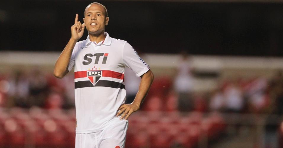 23.fev.2013 - Luis Fabiano gesticula durante o primeiro tempo da vitória do São Paulo diante do Linense por 3 a 0, pelo Campeonato Paulista