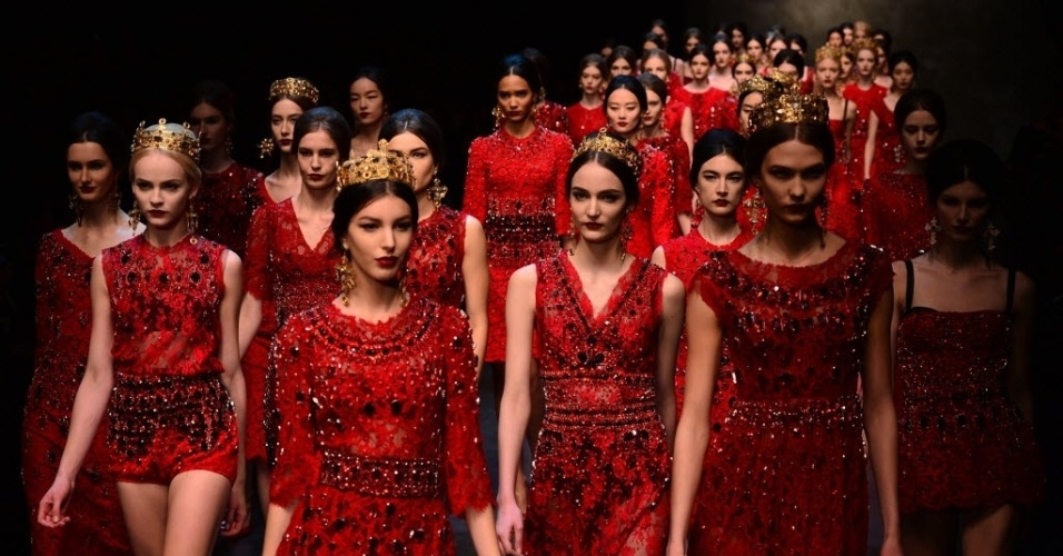 24 fev. 2013 - Modelos usando coroas apresentaram a coleção de Dolce & Gabbana na Semana de Moda de Milão.
