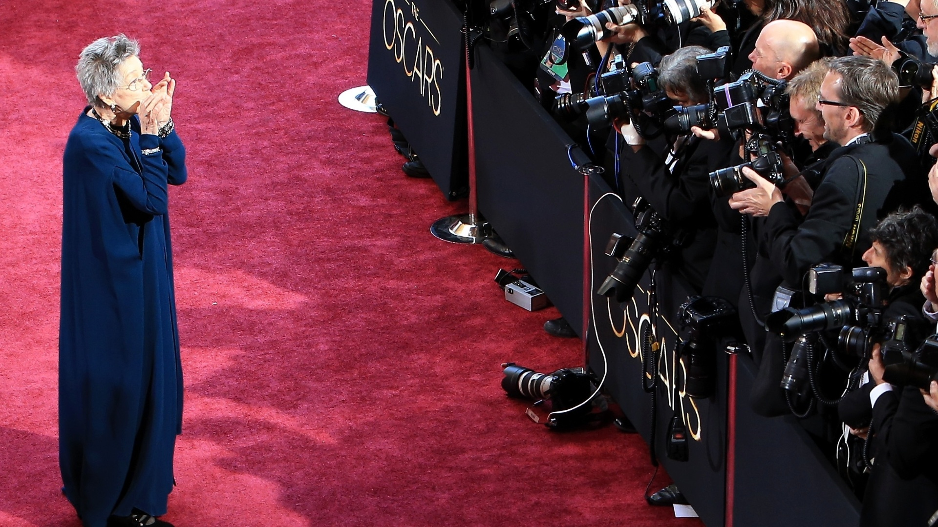 24.fev.2013 - A atriz Emmanuelle Riva, que completa 86 anos neste domingo, posa para os fotógrafos no tapete vermelho