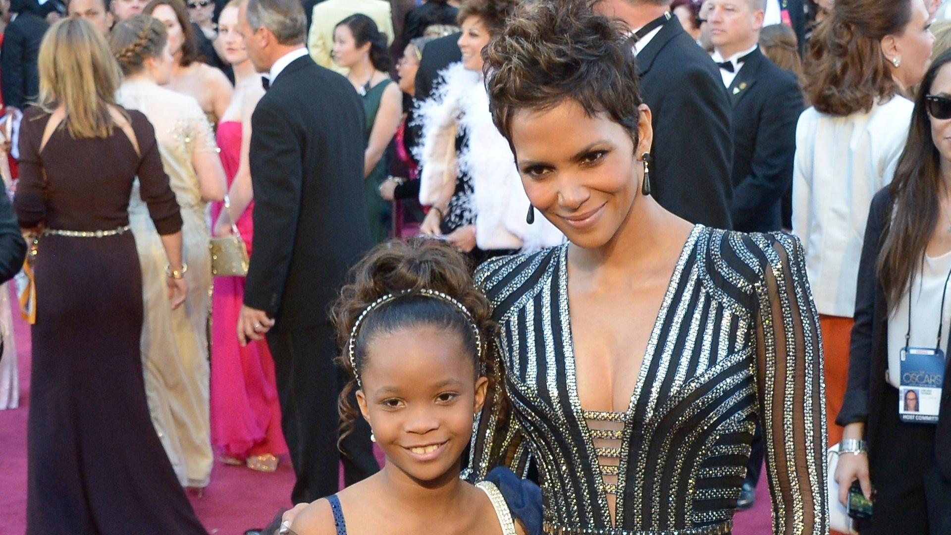 24.fev.2013 - A ganhadora do Oscar Halle Berry posa ao lado de Quvenzhané Wallis, a candidata mais jovem ao prêmio de Melhor Atriz por
