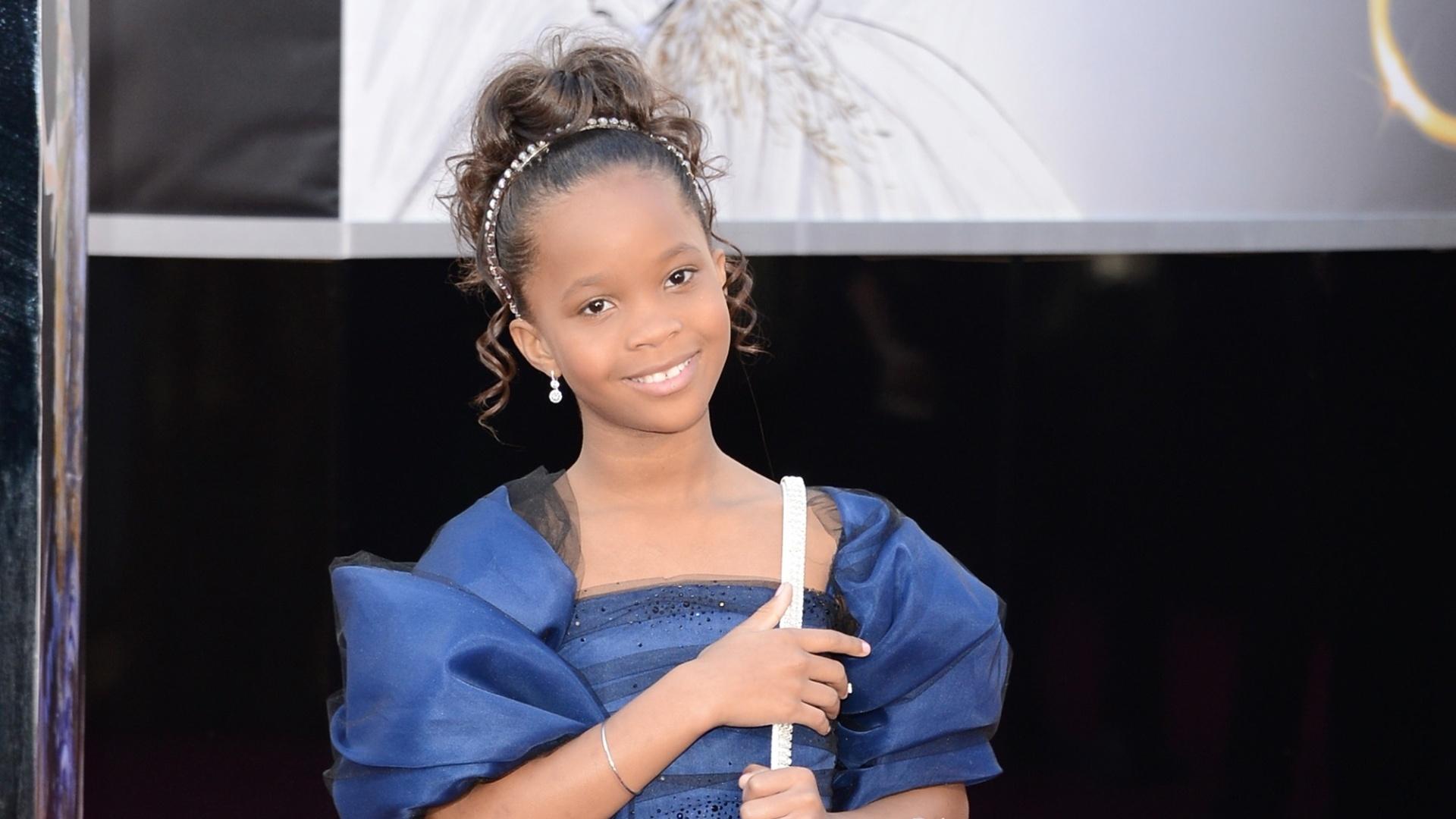 24.fev.2013 - A mais jovem atriz a ser indicada ao Oscar de Melhor Atriz, Quvenzhane Wallis, de apenas 9 anos, chega ao tapete vermelho da premiação. Ela concorre por