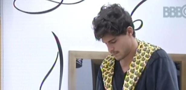24.fev.2013 - André acorda no quarto do líder e veste o seu roupão especial