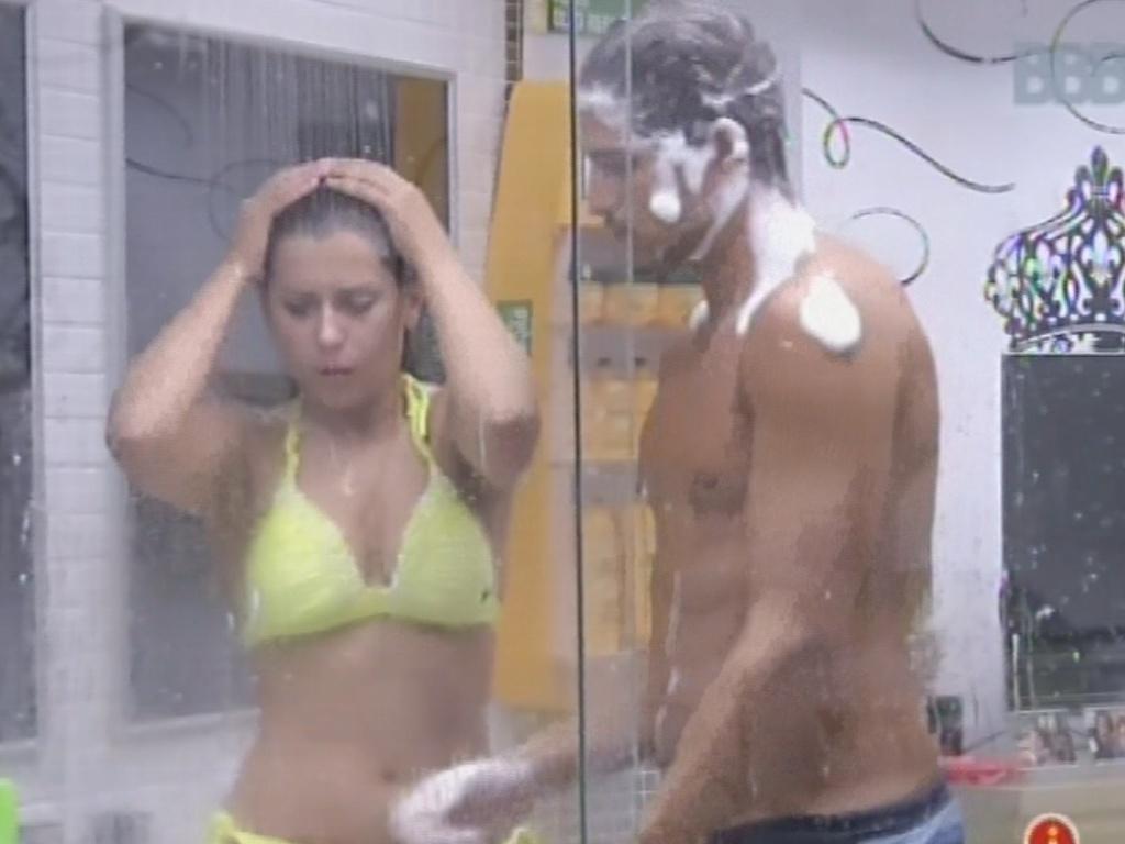 24.fev.2013 - Andressa e André tomam banho no quarto do líder antes da votação