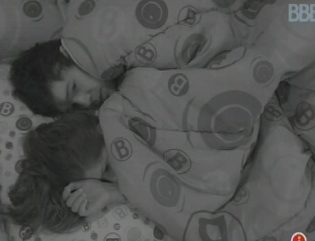 24.fev.2013 - Andressa e Nasser conversam sobre atitude nesta manhã, enquanto estão deitados juntos na cama