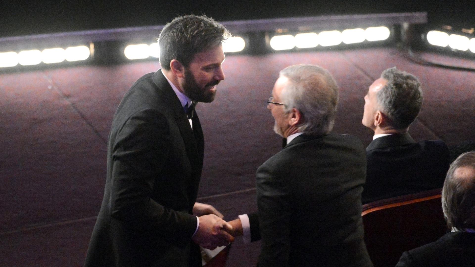 24.fev.2013 - Ben Affleck cumprimenta Steven Spielberg, favorito ao prêmio de Melhor Diretor; ator e diretor de
