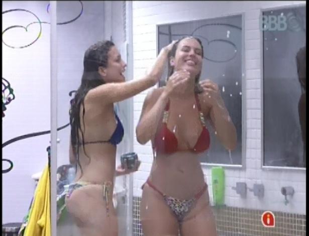 24.fev.2013 - Depois da festa sem bebida, Kamilla e Fernanda tomam banho juntas no quarto do líder