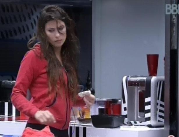 24.fev.2013 - Depois dos pães com ovo, Kamilla cortou um pedaço de queijo e comeu junto com outro pão