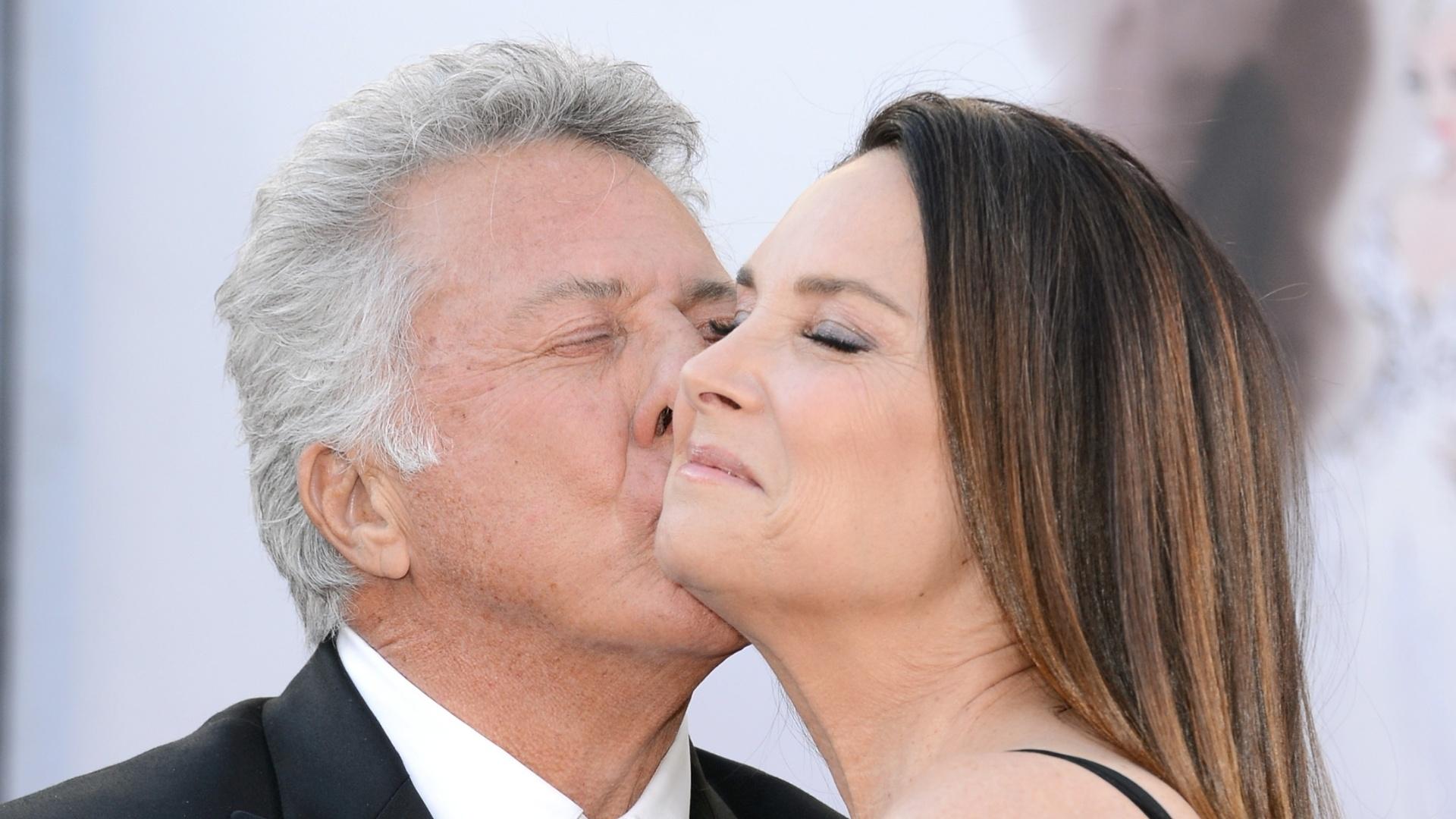 24.fev.2013 - Dustin Hoffman beija a mulher, Lisa Hoffman, no tapete vermelho do Oscar 2013