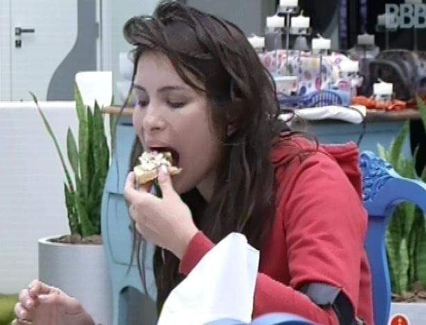 24.fev.2013 - Kamilla come pão com ovo sentada sozinha na cozinha da casa grande, enquanto outros brothers dormem