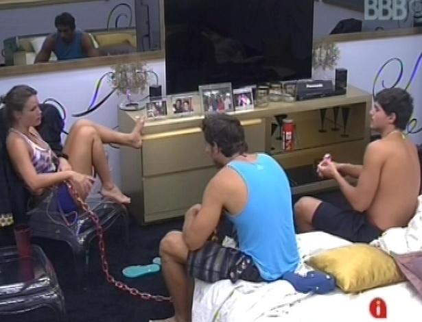 24.fev.2013 - Natália, André e Eliéser conversam no quarto do líder sobre o paredão desta noite