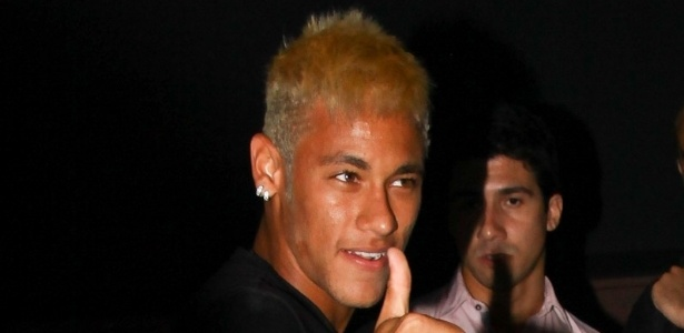 24.fev.2013 - Neymar chega  sua festa de aniversrio no Vila Mix, em So Paulo