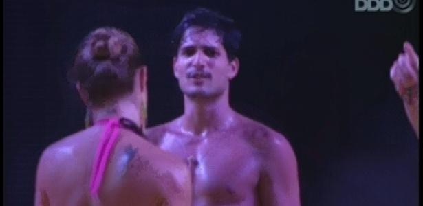 24.fev.2013 - Sem camisa, André dança junto com a veterana Natália