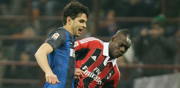 Balotelli divide com Ranocchia no clássico entre Milan e Inter de Milão, neste domingo