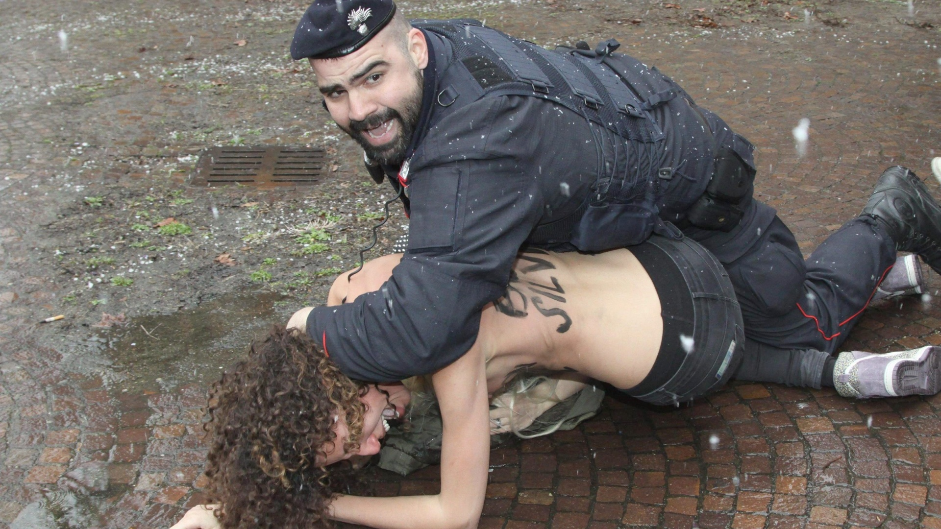 24.fev.2013 - Feministas do grupo Femen protestam contra ex-primeiro ministro italiano Silvio Berlusconi, do lado fora de onde o poltico est votando, na Itlia. A populao vai s urnas neste domingo e segunda-feira (25) nas eleies gerais no pas