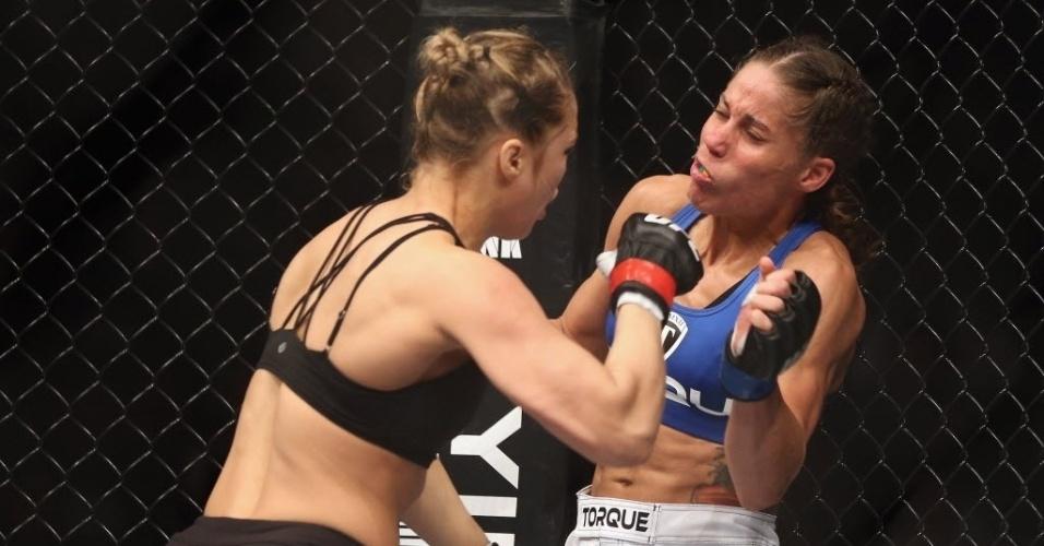 Liz Carmouche leva soco de Ronda Rousey durante luta do UFC 157
