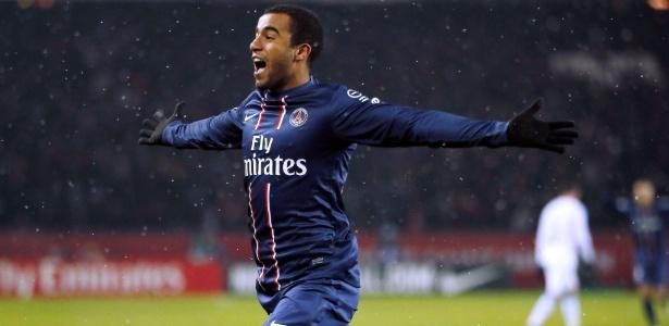 Lucas festeja após o primeiro gol do PSG contra o Olympique de Marselha