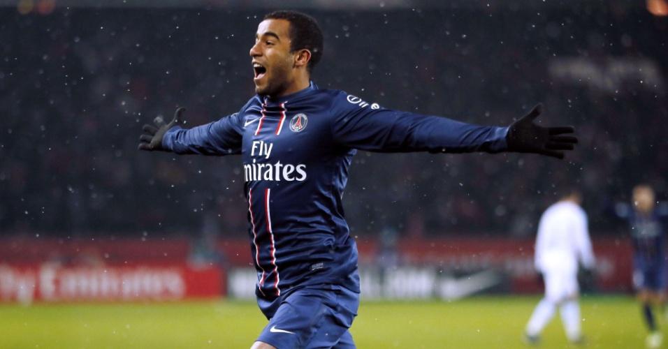 No primeiro tempo em Paris, Lucas chutou para o gol, a bola desviou no jogador do Olympique de Marselha e entrou no gol