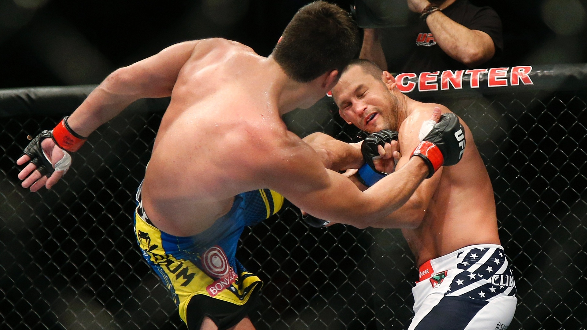 Lyoto Machida acerta chute em Dan Henderson em vitria no UFC 157