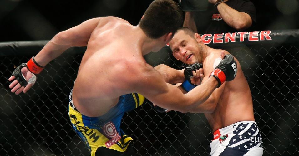 Lyoto Machida acerta chute em Dan Henderson em vitória no UFC 157