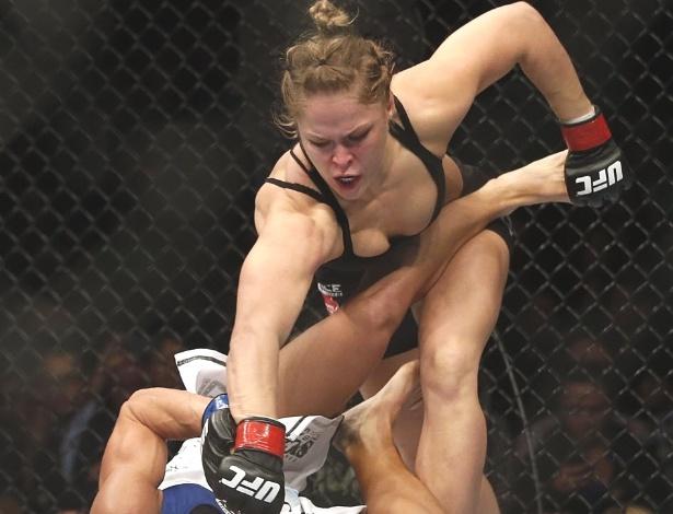 Musa Ronda Rousey desfere soco em Liz Carmouche no UFC 157