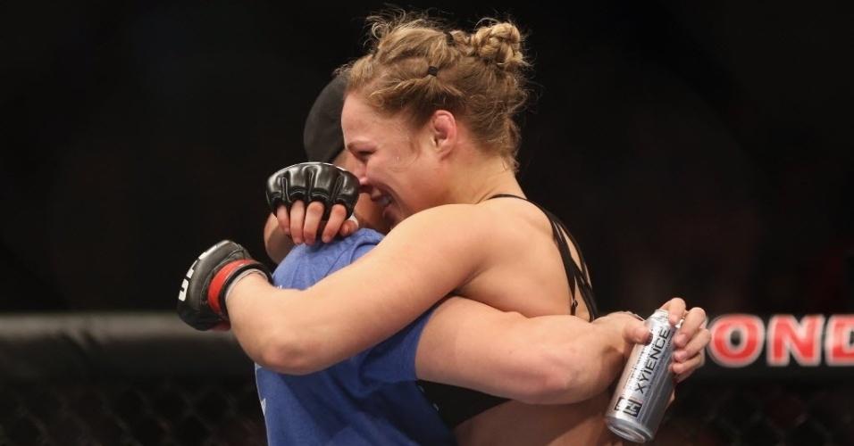 Ronda Rousey comemora vitória sobre Liz Carmouche com abraço em companheiro de equipe