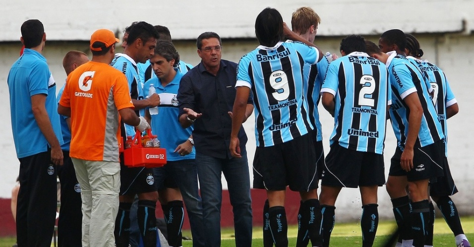 Tcnico Vanderlei Luxemburgo conversa com os jogadores do Grmio durante parada tcnica no Gre-Nal no estdio Centenrio (24/02/2013)