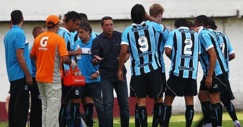 Técnico Vanderlei Luxemburgo conversa com os jogadores do Grêmio durante parada técnica no Gre-Nal no estádio Centenário (24/02/2013)